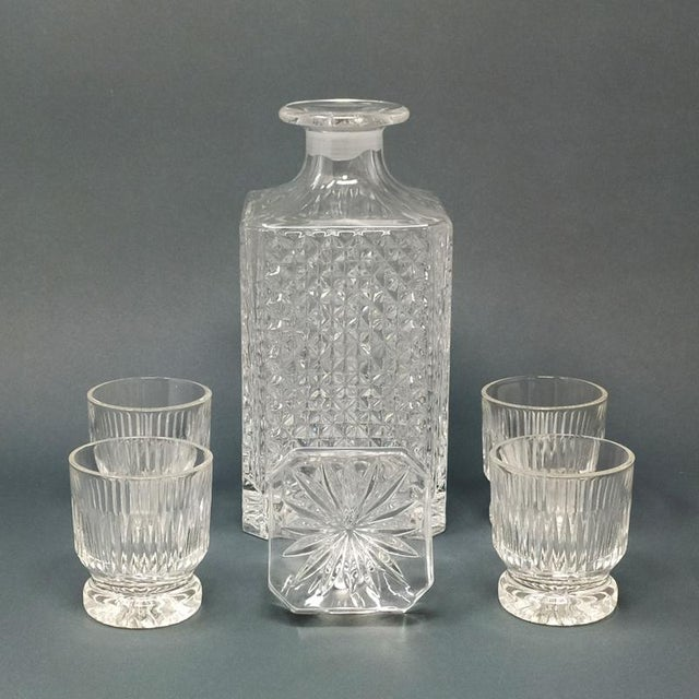 Astonishing mid-century vintage crystal decanter with 4 glasses 1950s Made In Italy Dimensions: Decanter 3,54 x 3,54 x 9...