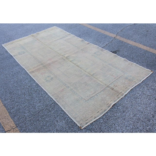 Islamic Mid 20th C. Vintage Antique Tribal Oushak Neutral Soft Hand Knotted Turkish Rug - 4'9 X 8'7 For Sale - Image 3 of 6