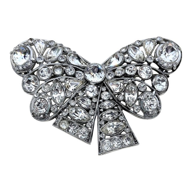 1940s Rhodium-Plated Clear Faceted Stone Bow Brooch For Sale