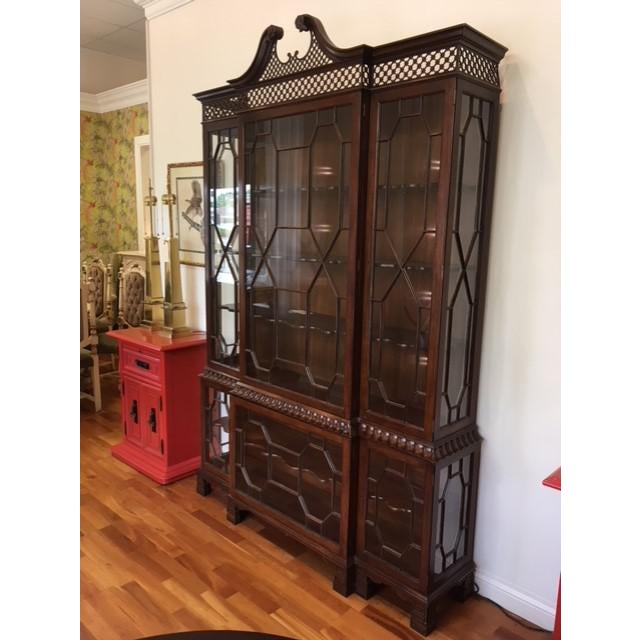 1990s 1980s Chippendale Baker Furniture Company Mahogany Breakfront China Cabinet For Sale - Image 5 of 11