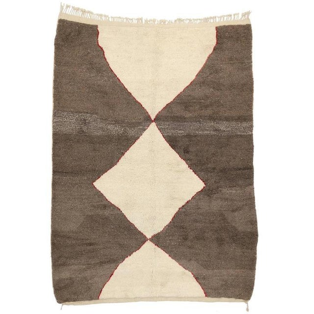Minimalist Berber Moroccan Rug with Mid-Century Modern Design For Sale - Image 5 of 5