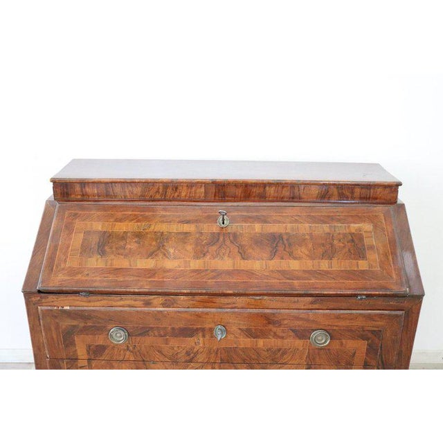 Important elegant chest with secretaire inlaid with wood essences of various types, full Louis XVI period of clear taste...