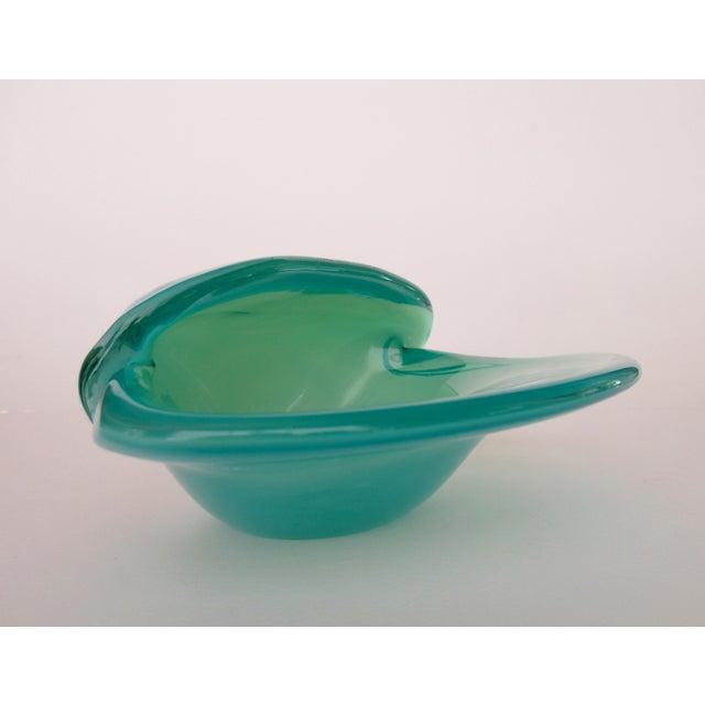 Alfredo Barbini C. 1960's Mid-Century Italian Hand-Blown Murano Seafoam Green & Sky Blue Clamshell Bowl by Alfredo Barbini For Sale - Image 4 of 13