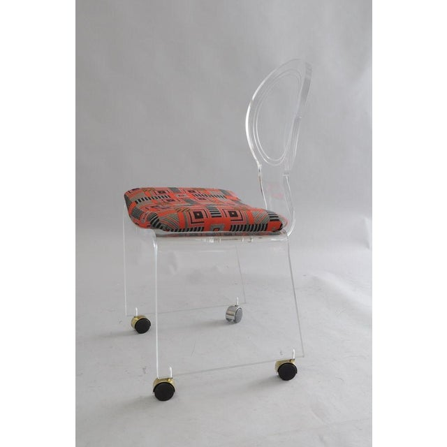 Hill Mfg. Lucite Vanity Chair Round Back Rolling Casters Mid Century Modern Vintage For Sale - Image 10 of 11
