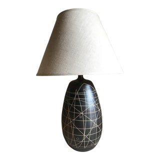 Vintage 1970s Japanese Pottery Stoneware Ceramic Handmade Incised Abstract Sgraffito Lamp with Linen Shade For Sale