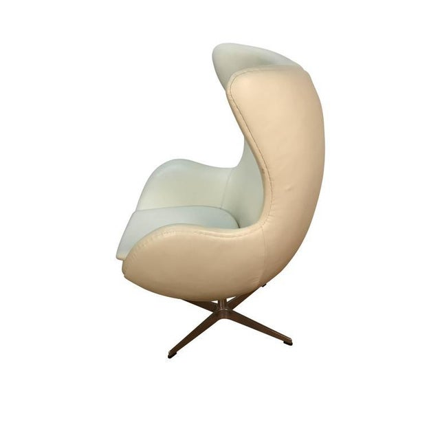 Arne Jacobson Style White Leather Egg Chair - Image 4 of 7