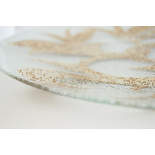 Dorothy Thorpe Dorothy Thorpe 22k Gold Scroll Pebble Glass Small Platter For Sale - Image 4 of 5