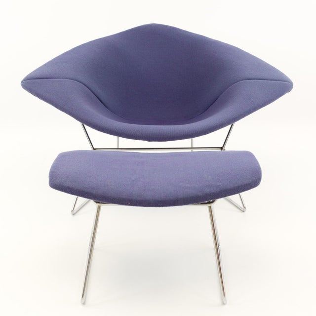 This is a vintage chair & ottoman set by Harry Bertoia for Knoll. The pieces were produced in the mid 20th century. 44...