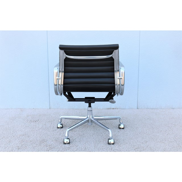 Mid-Century Modern Herman Miller Eames Aluminum Group Black Management Chair For Sale In New York - Image 6 of 13