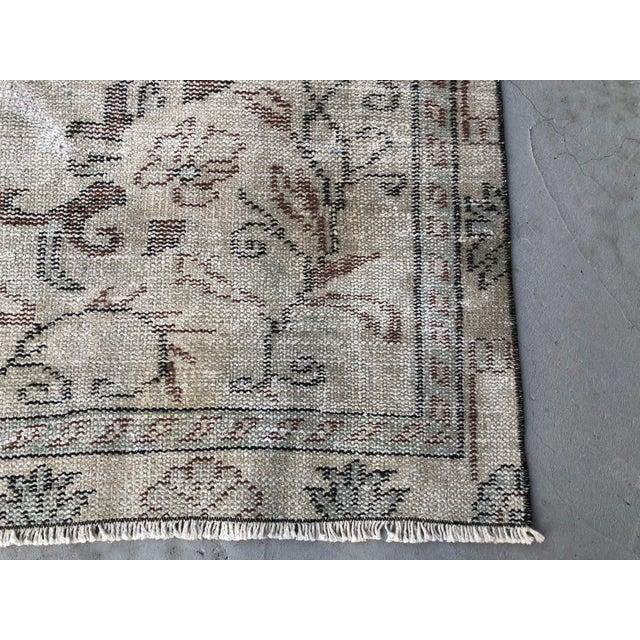 1960s Vintage Turkish Handmade Carpet - 4′7″ × 8′4″ For Sale - Image 10 of 11