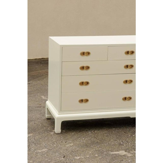 Mid-Century Modern Stylish Restored Ten-Drawer Mahogany Chest by Henredon in Cream Lacquer For Sale - Image 3 of 11