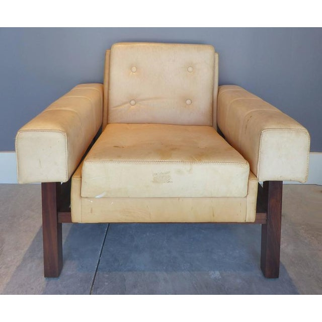 """Mid-Century Modern 1960s Sergio Rodrigues """"Navona"""" Club Chairs in Jacaranda and Leather - A Pair For Sale - Image 3 of 10"""