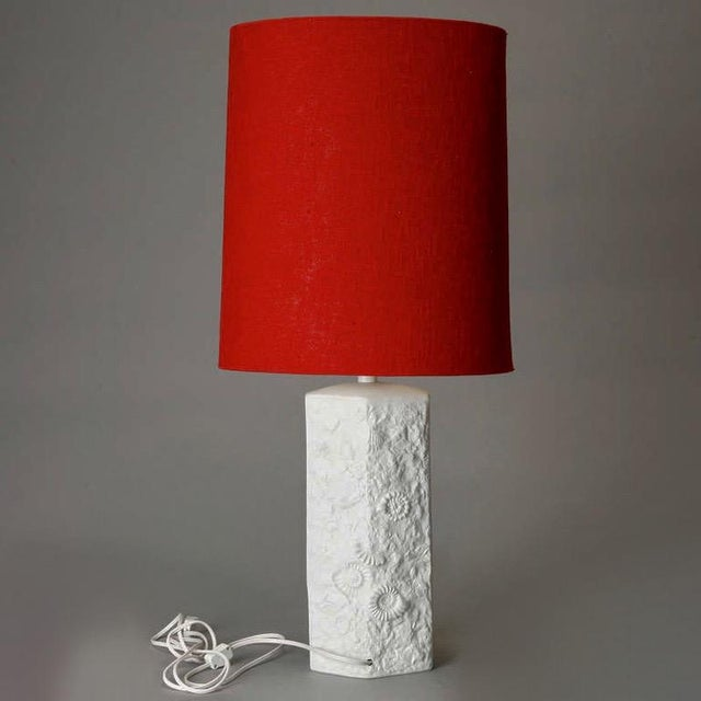 Mid Century Bisque Porcelain Sculpted Shell Table Lamp With Red Shade For Sale In Detroit - Image 6 of 6