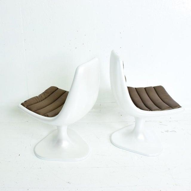Eero Saarinen Sculptural Atomic Mid Century Modern Pair of Side Chairs in Fiberglass For Sale - Image 4 of 10