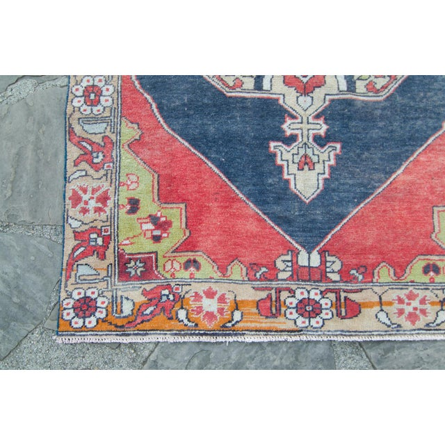 "1950s House of Séance - 1950s Vintage Anatolian Floral Medallion Oushak Eregli Wool Hand-Knotted Rug - 4'3.5"" X 7'10"" For Sale - Image 5 of 11"