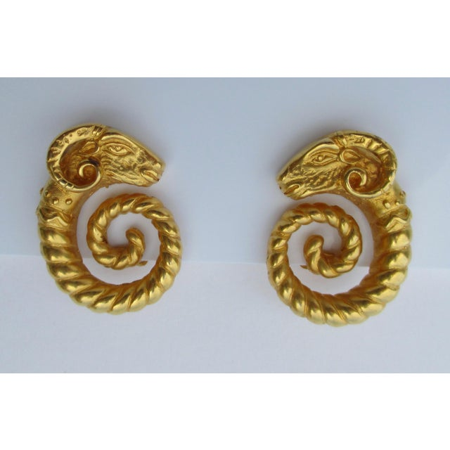 Jaded Gilt Coiled Rams Heads Earrings For Sale In New York - Image 6 of 6