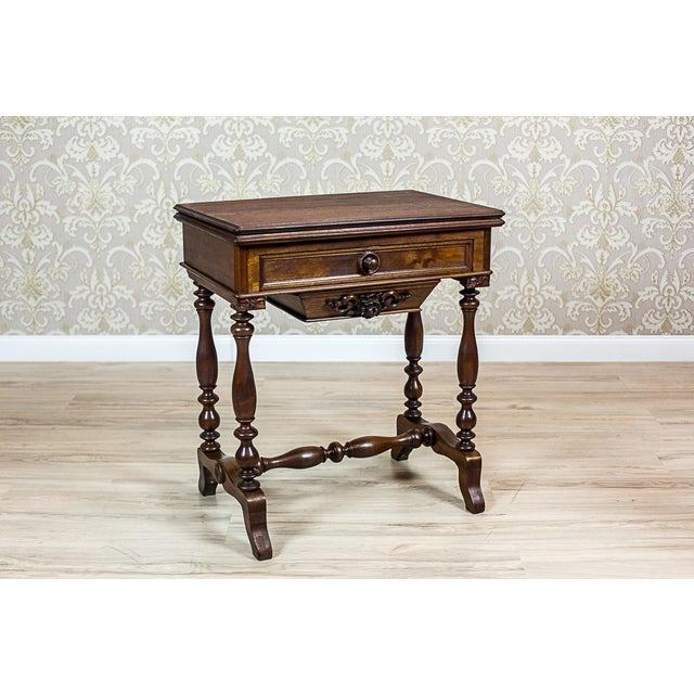 We present you this sewing table that can be used in two ways: as a desk and as a card table. That can be done by lifting...