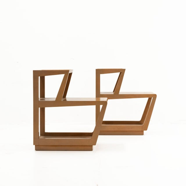 Beautiful end tables that can also be used as nigh stands. Hard to find as a pair.