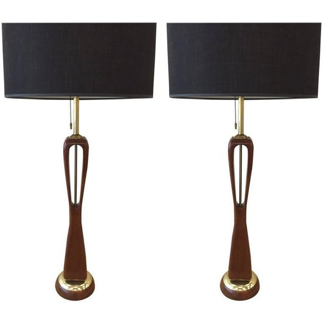 1960s Pair of Sculptural Walnut and Brass Lamps by Lightolier For Sale - Image 5 of 5