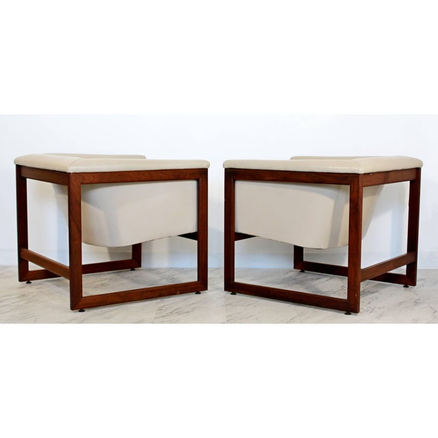 1970s Pair of Mid-Century Modern Milo Baughman Floating Cube Walnut Lounge Chairs For Sale - Image 5 of 10