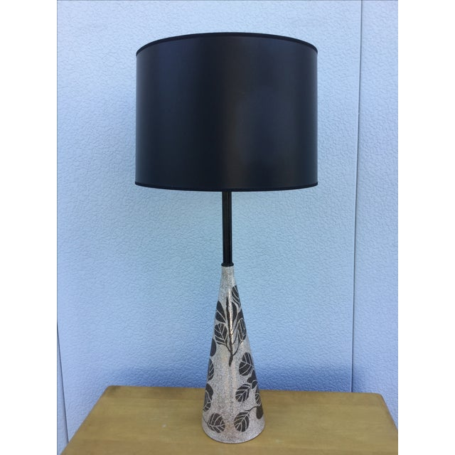 This fabulous, 1950s-era modern Italian leaf ceramic table lamp is in both good vintage condition and working condition....