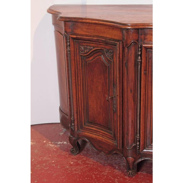 18th Century French Louis XV Walnut Serpentine Buffet For Sale In Dallas - Image 6 of 10