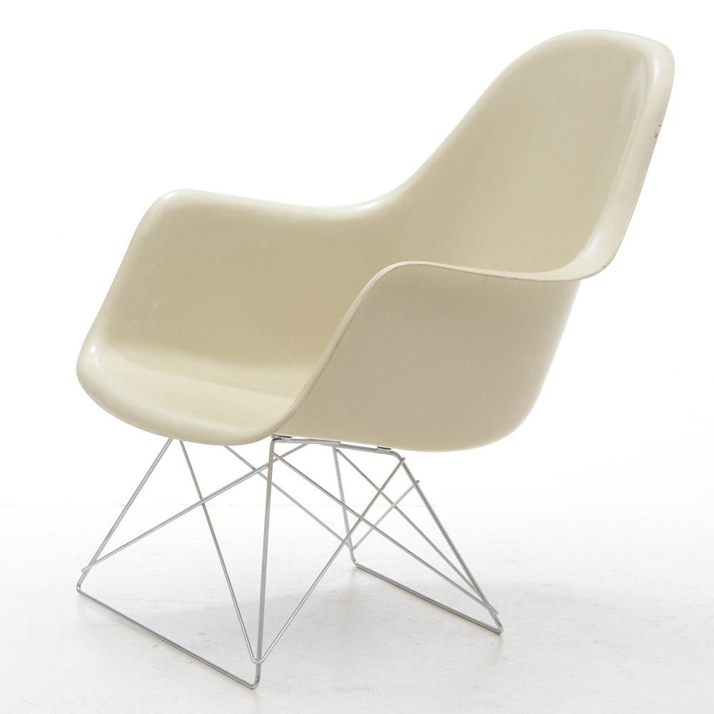 This Funky Mid Century Modern Molded Chair By Charles Eames For Herman  Miller Is The