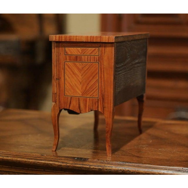 1960s Mid-20th Century French Louis XV Walnut Veneer Marquetry Inlay Miniature Commode For Sale - Image 5 of 10
