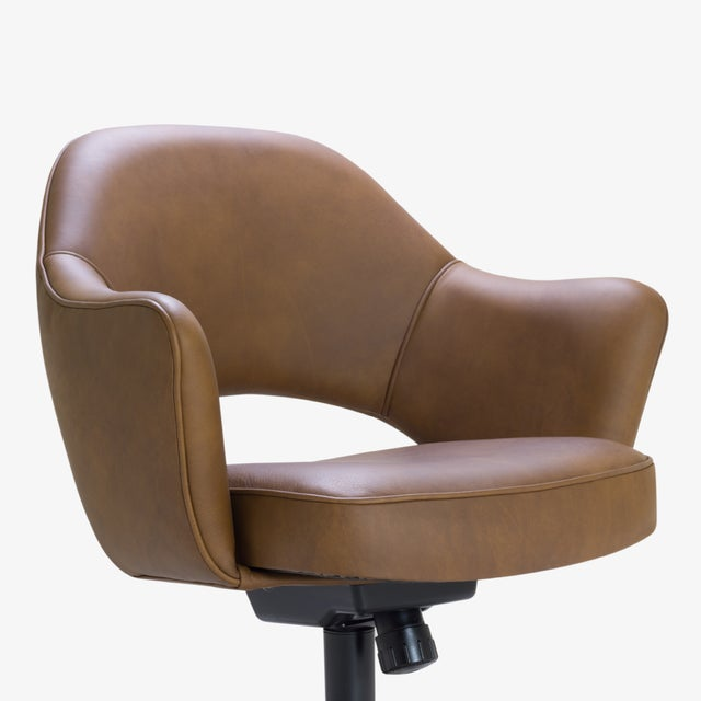 Saarinen Executive Arm Chair in Saddle Leather, Swivel Base For Sale In New York - Image 6 of 8