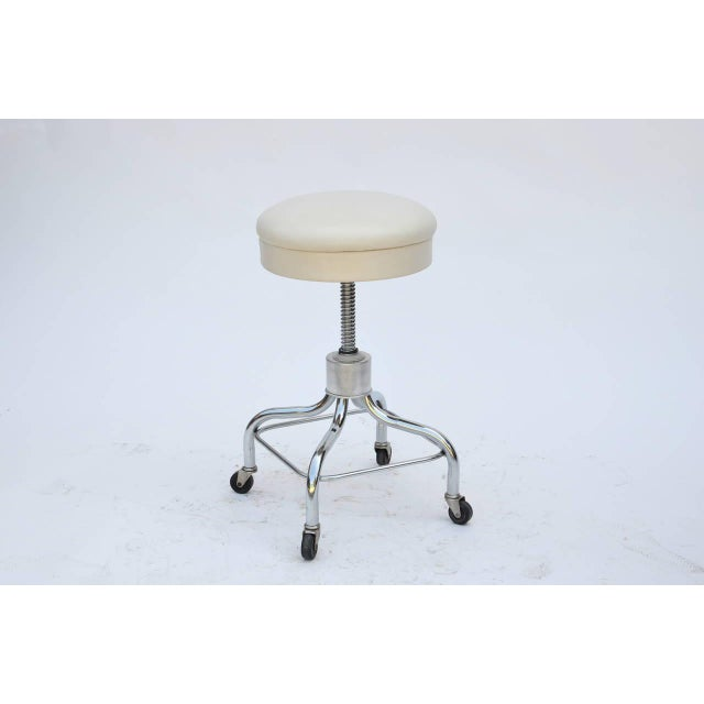 Industrial Set of Four Vintage Chrome and White Leather Adjustable Rolling Stools For Sale - Image 3 of 6