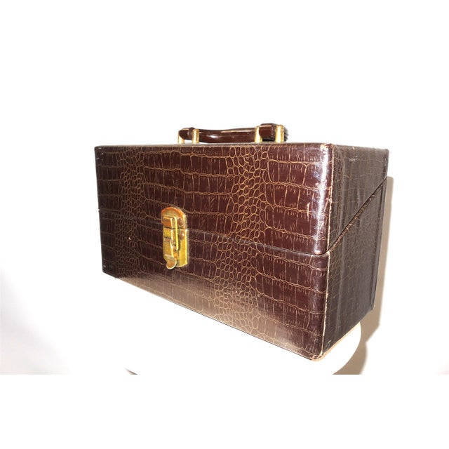 Gold Cinema Equipment Carry Case. Vintage. C. 1940s. Patterned Croc Glossy Canvas Over Wood. Wedge Hinged Top, Pristine For Sale - Image 8 of 8