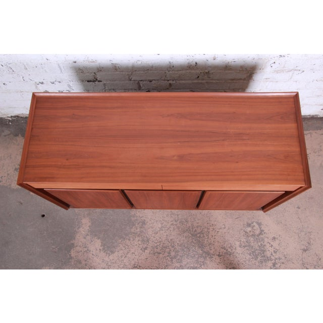 1970s Merton Gershun for Dillingham Mid-Century Modern Walnut Sideboard Credenza For Sale - Image 5 of 11