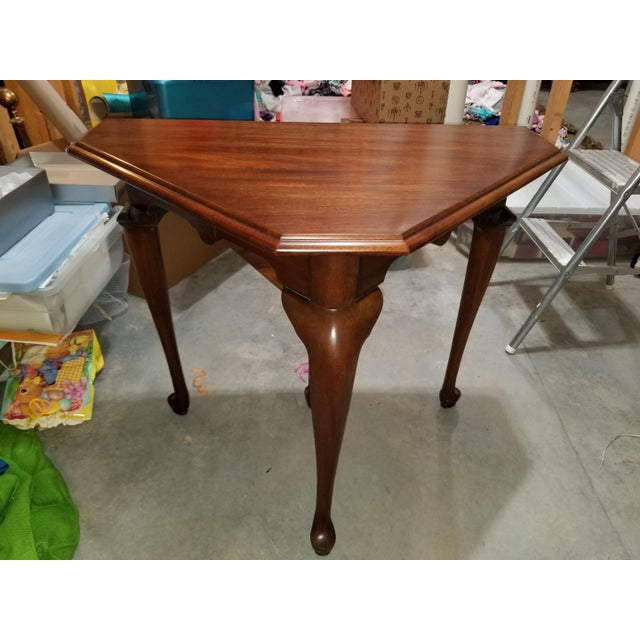 Henkel Harris drop-side mahogany corner table. Features high-quality construction, Queen Anne legs and pull out support leg.