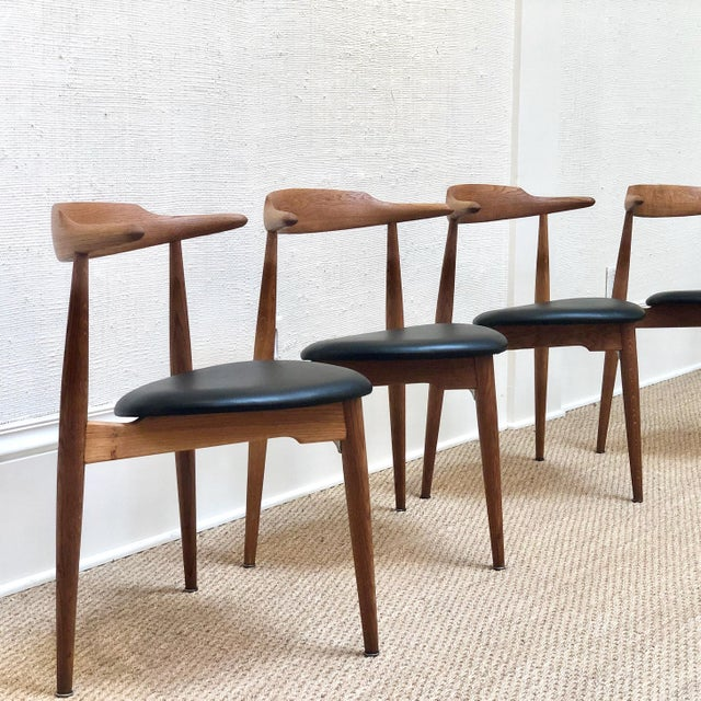 These dining chairs are designed by Hans Wegner in 1952. Designed to take up as little space as possible but at the same...