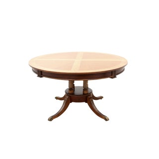 1970s English Traditional Universal Furniture Mohogany and Maple Inlay Pedestal Dining Table For Sale