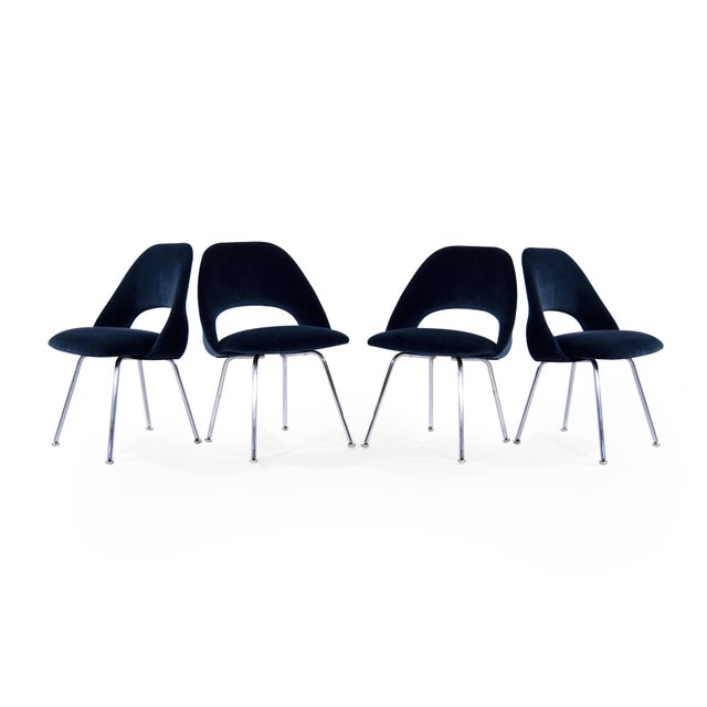 Florence Knoll Eero Saarinen for Florence Knoll Executive Navy Blue Velvet Side Chairs - Set of 4 For Sale - Image 4 of 10