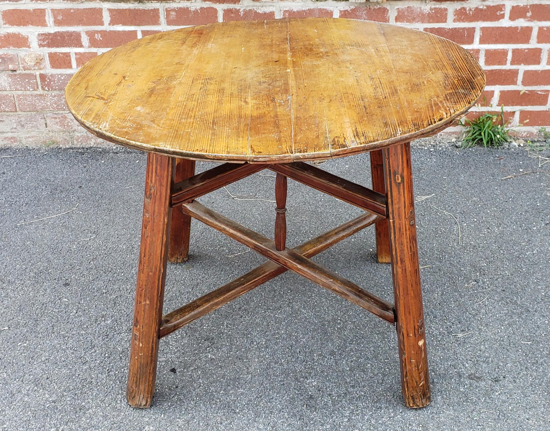 Antique Rustic English Pine 18th Century Round Pub Style Table For Sale    Image 4 Of