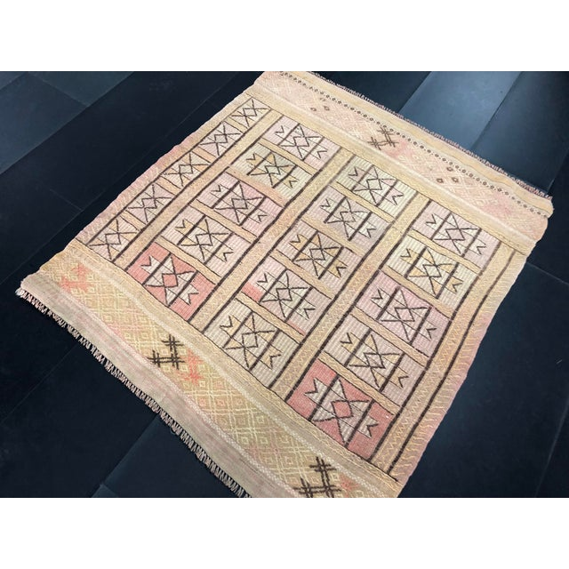 "Turkish 1960s Vintage Beige Turkish Traditional Kilim Rug- 3'11"" x 4'5"" For Sale - Image 3 of 11"