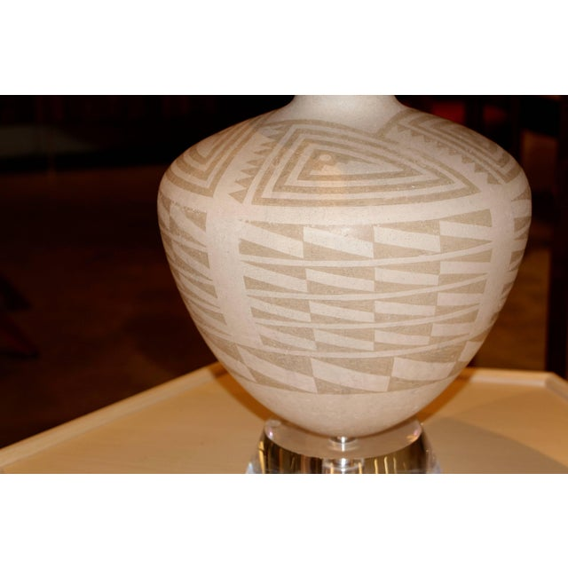 Mid-Century Modern Richard Lindley Lucite & Acoma Pottery Lamp For Sale - Image 3 of 5