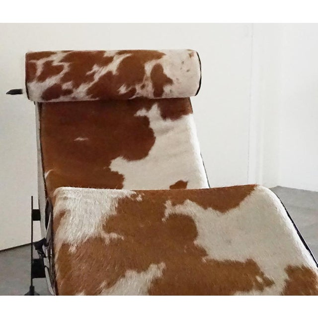 Vintage L'Corbusier Lc4 Style Cowhide Upholstered Chaise Lounge - Image 4 of 5