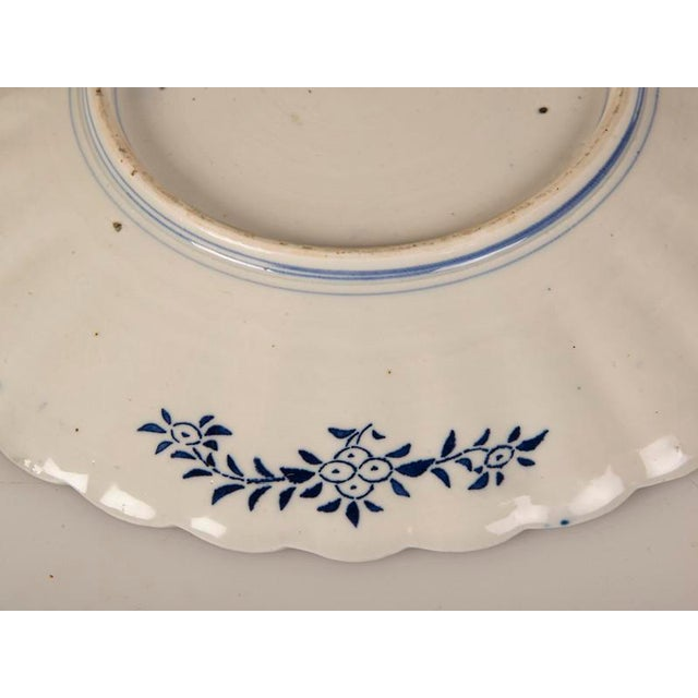 Ceramic A large Imari platter with a scalloped rim imported from Japan c. 1885 into France For Sale - Image 7 of 7
