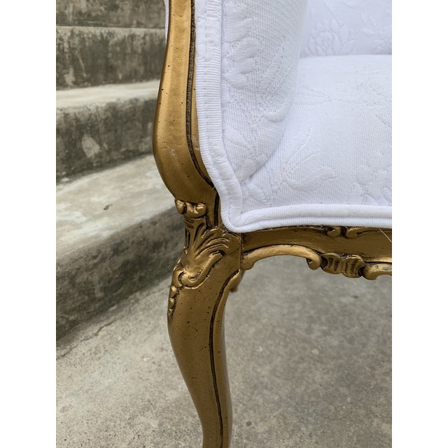 Hollywood Regency Carved Wood and Gold Gilded Settee For Sale In Richmond - Image 6 of 10