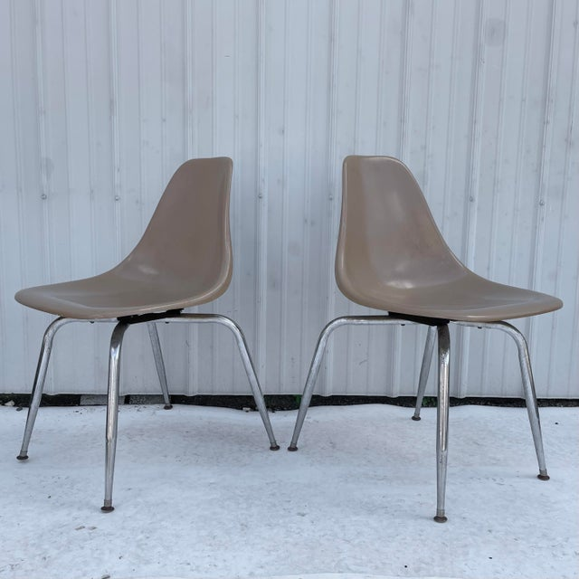 This stylish pair of mid-century modern shell chairs feature sturdy metal frames and molded plastic seats. The comfortable...