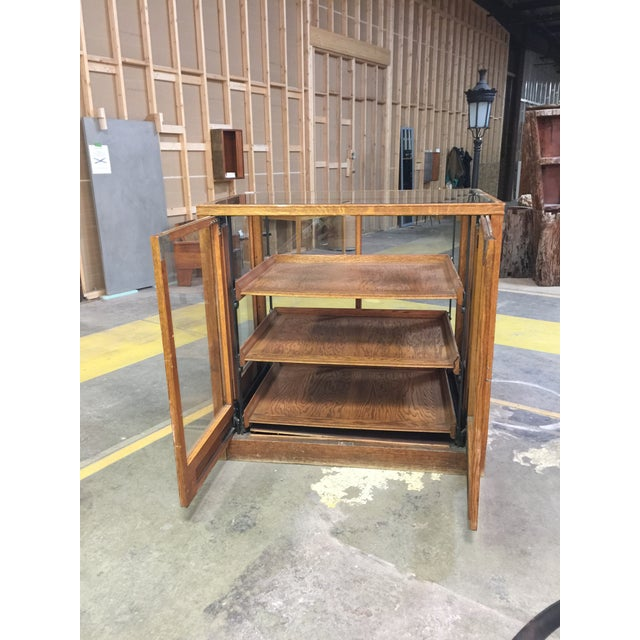 1900 - 1909 1900s Americana Oak Display Cabinet With Sliding Shelves For Sale - Image 5 of 8