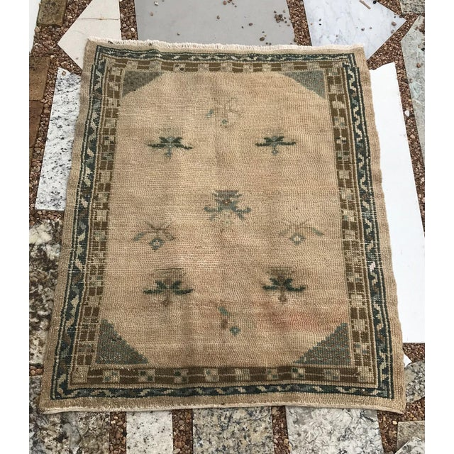 This rug is from Konya in Turkey. Made of handspun wool and cotton foundation, the calmness of the design in an ivory...