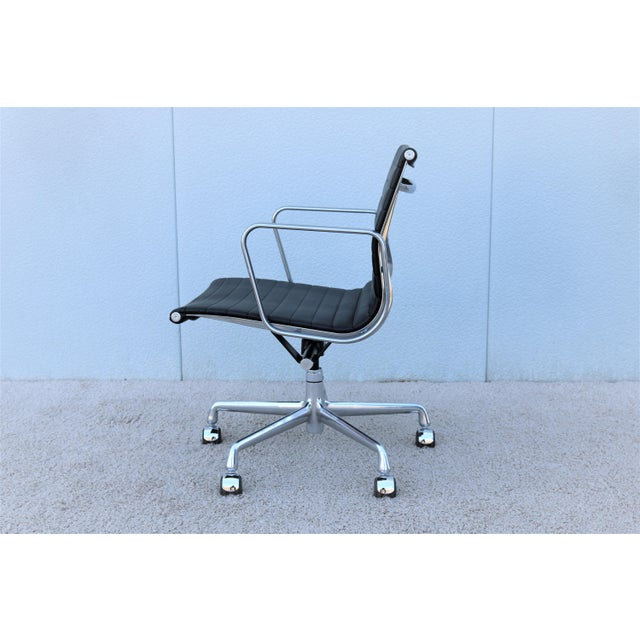 2000 - 2009 Mid-Century Modern Herman Miller Eames Aluminum Group Black Management Chair For Sale - Image 5 of 13