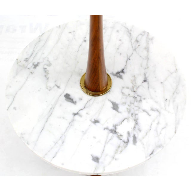 White Mid-Century Modern Walnut, Brass, and Marble Floor Lamp with Marble Side Table For Sale - Image 8 of 10