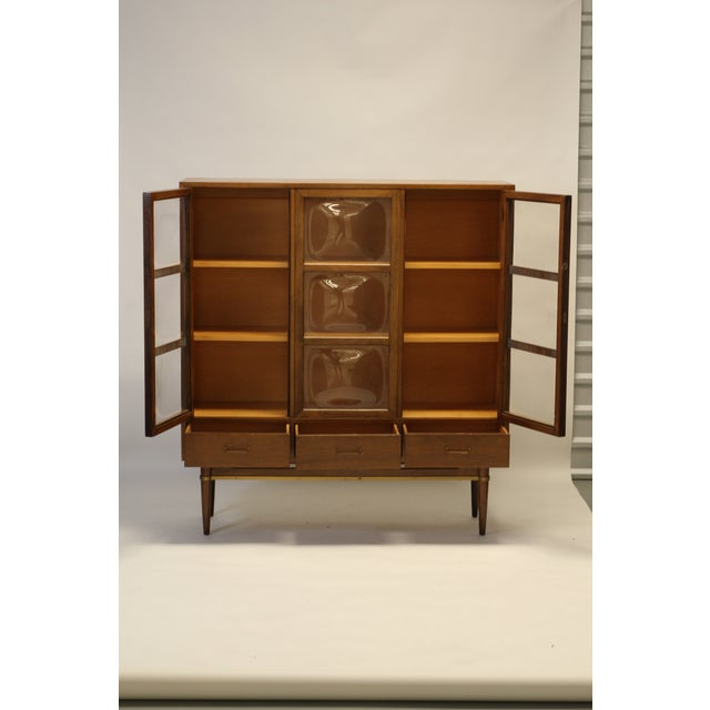 Mid-Century Modern Convex Glass & Walnut Display / China Cabinet For Sale - Image 3 of 10