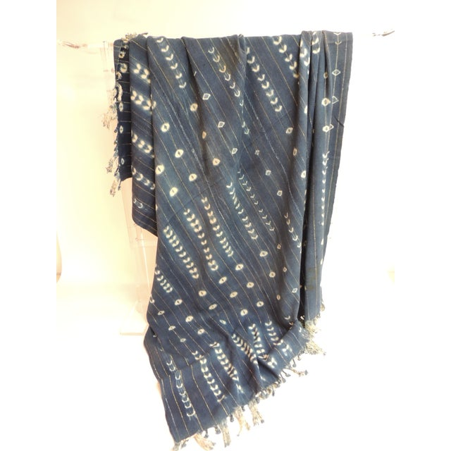 African Vintage African Blue and White Yoruba Reversible Artisanal Cloth With Fringes For Sale - Image 3 of 5