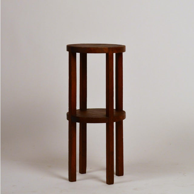 Slender American Arts & Crafts oak sellette side table. Great as a drinks table next to an armchair.